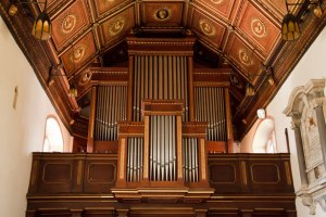 pipe-organ-in-church-11288023147MRq2